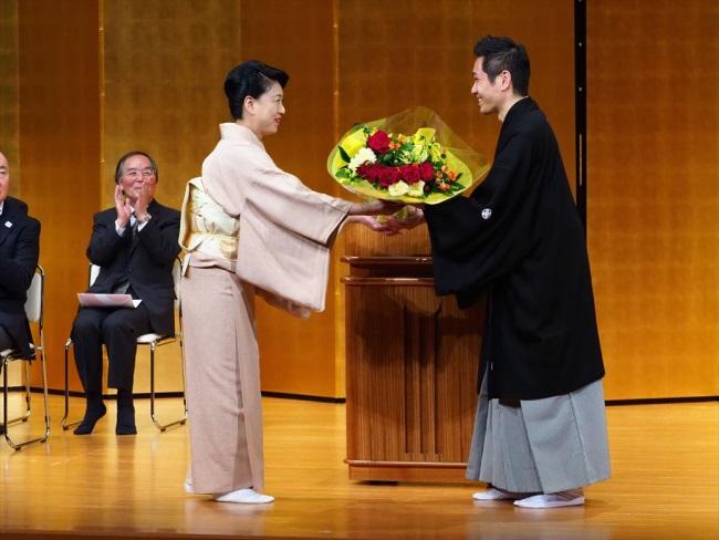川瀬露秋さんから菊央雄司さんに花束贈呈
