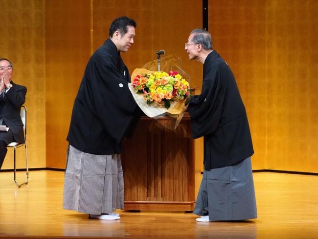 福原百之助さんから常磐津東蔵さんに花束贈呈