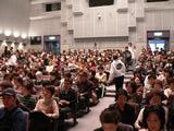会場は詰め掛けた聴衆で満員