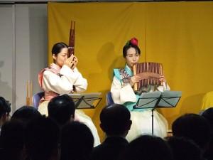 むすびひめ 左:田島和枝さん(笙)、右:中村香奈子さん(排簫)
