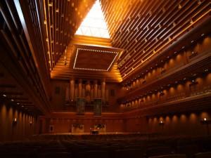 声が荘厳に響くホールの内部