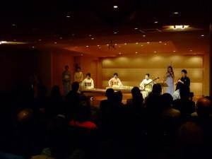 「桜ファンタジーII」 左より長瀬淑子(箏) 亀山香能(十七弦) 中彩香能(三弦) 川村葵山(尺八)。終演後、「桜」を全員で歌う。