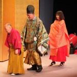 四代目松本源之助さんを先頭に、観客の男性と女性が装束姿をお披露目