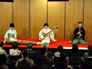 三曲合奏による「新青柳」 左:砂崎知子師 中央:藤井昭子師 右:徳丸十盟師