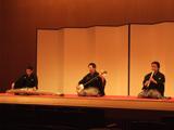 歌と三絃に富山清琴師(中央)を迎えた「笹の露」。