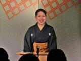 黒紋付袴姿とひっつめ髪の神田ひまわり