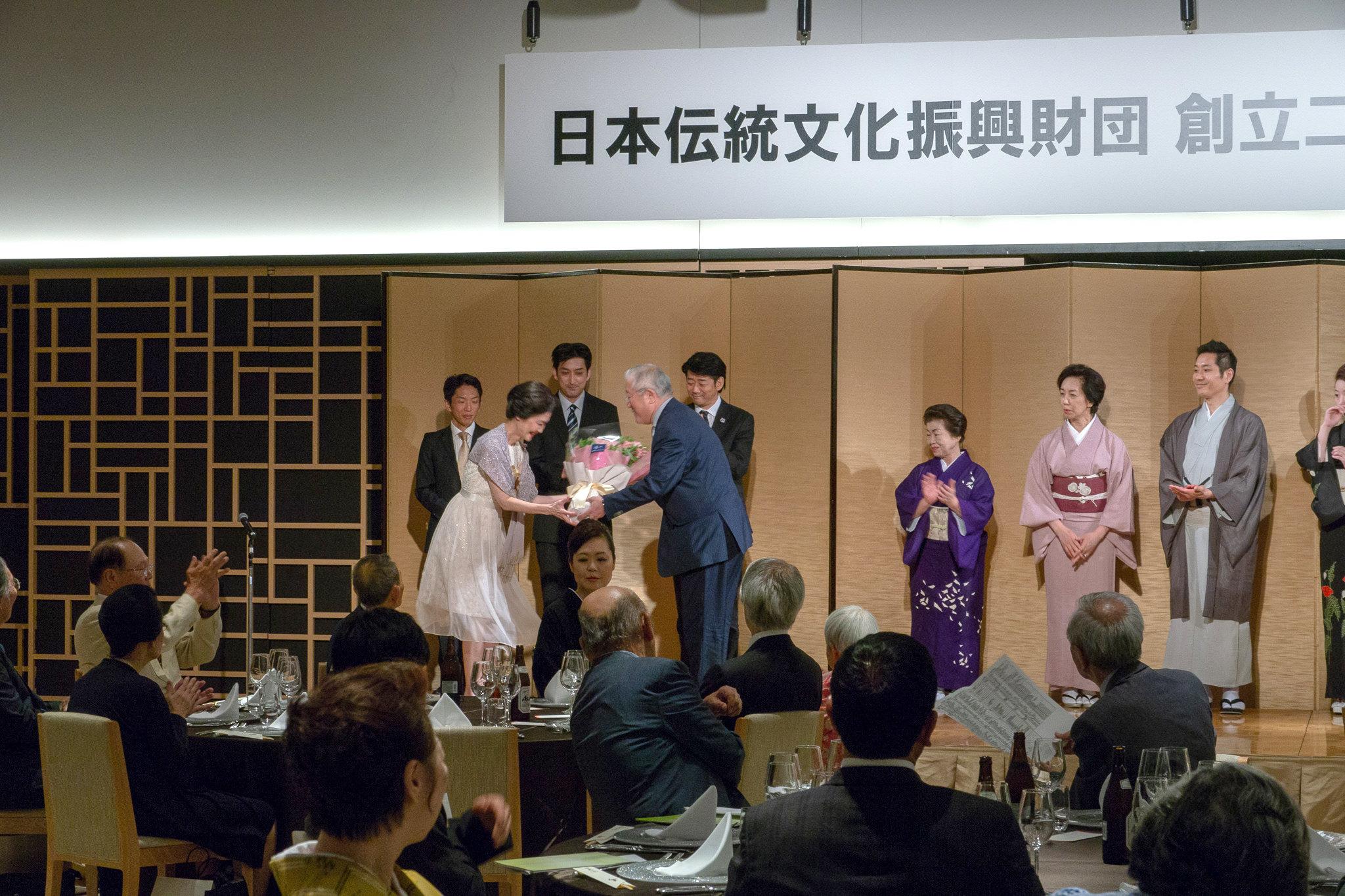 中島賞の鶴澤津賀寿さんには第3回受賞者の萩岡松韻さんから花束の贈呈