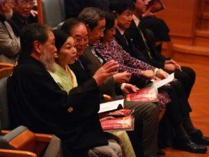 藤本理事長と田中理事の説明に耳を傾けられる彬子女王殿下
